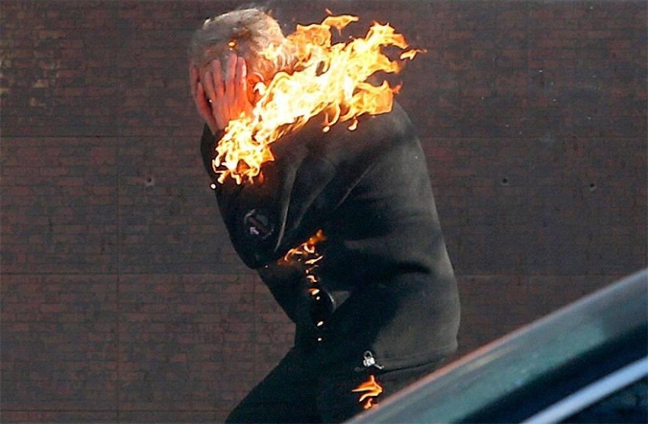 ΕΙΚΟΝΑ ΠΟΥ ΣΥΓΚΛΟΝΙΖΕΙ - Ο φλεγόμενος διαδηλωτής στο Κίεβο