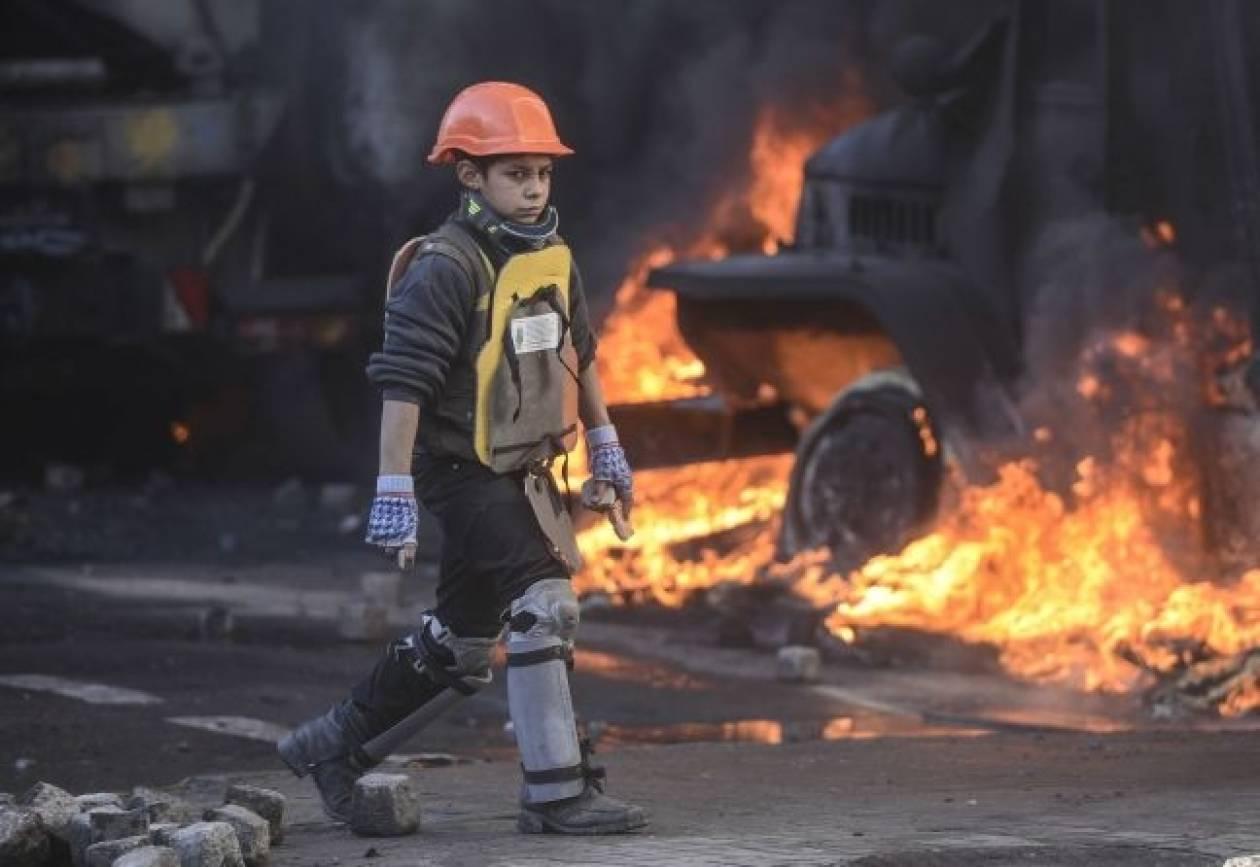 Το παιδί-μαχητής του Κιέβου: Φωτογραφία που κάνει τον γύρο του κόσμου