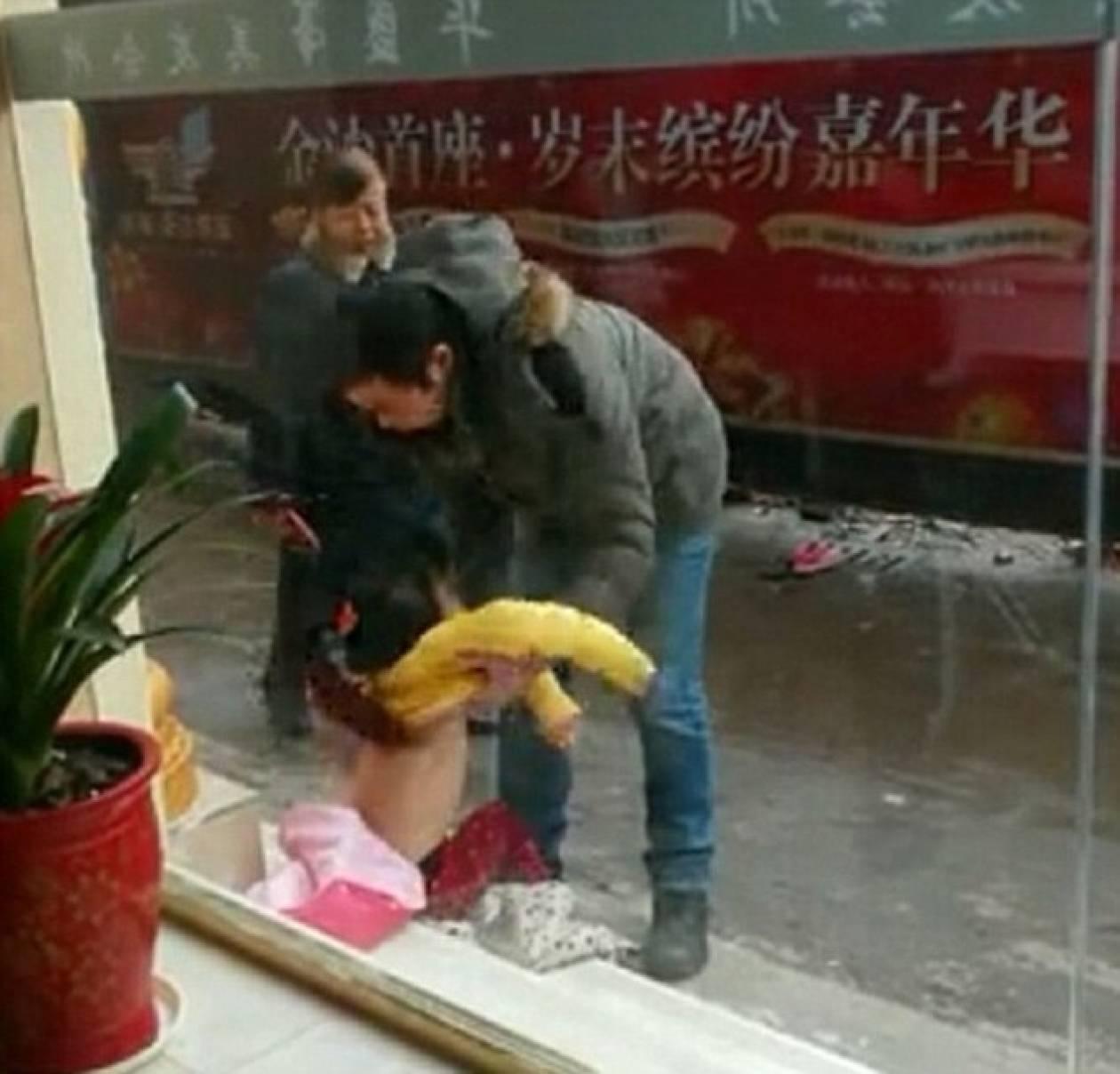 Πα-τέρας έγδυσε την κορούλα του και την έσερνε γυμνή στο δρόμο (pics)