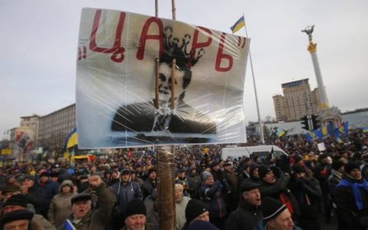 Καρλ Μπιλτ: «Λερωμένα με αίμα τα χέρια του Γιανουκόβιτς»