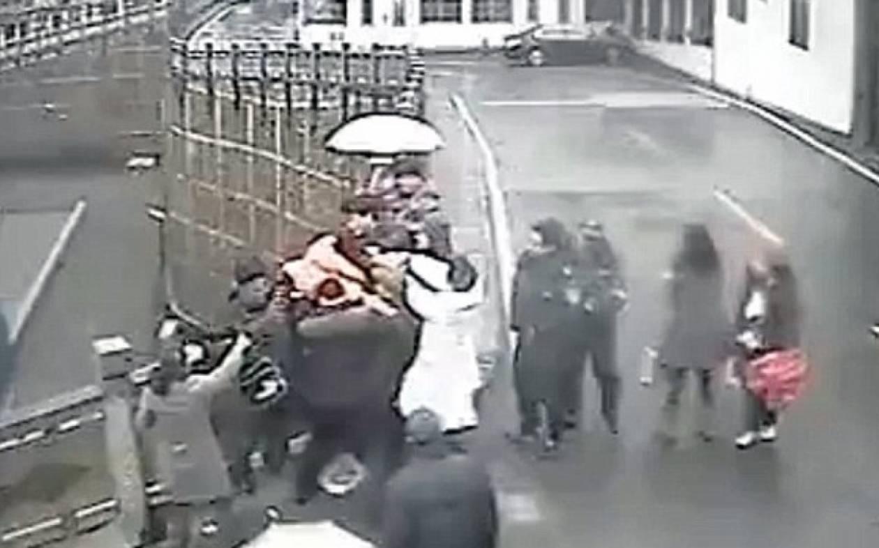 Βίντεο: Η στιγμή που περαστικοί έσωσαν γυναίκα την τελευταία στιγμή