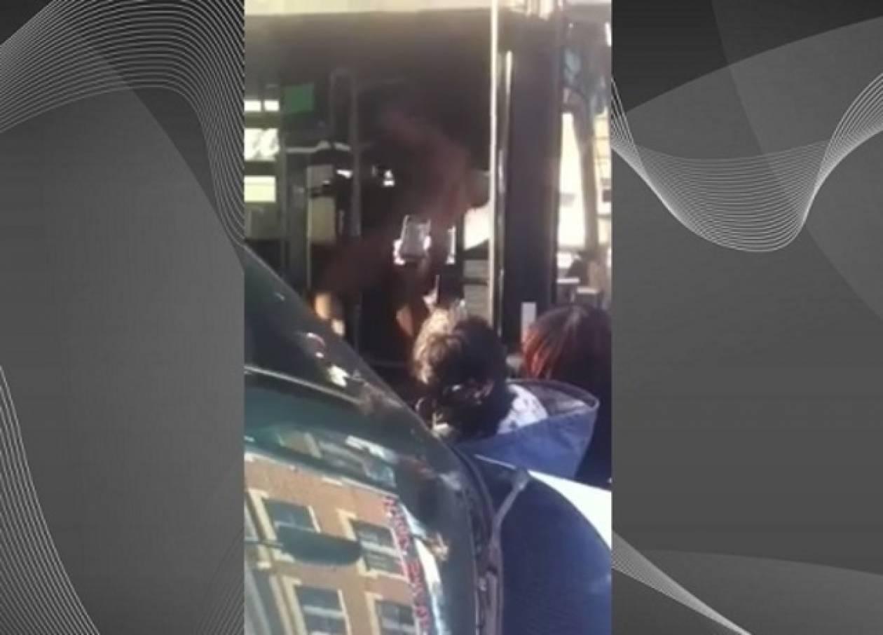 Μπήκε ολόγυμνος σε λεωφορείο και άρχισε να... ουρεί! (vid)