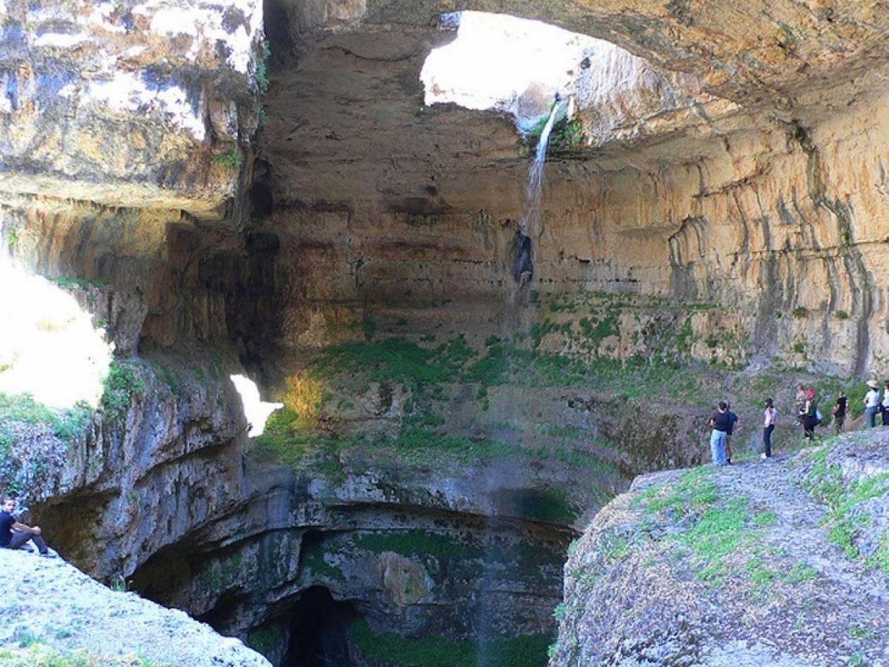 Μαγευτικό θέαμα: Καταρράκτης καταλήγει σε σπηλιά (pics)