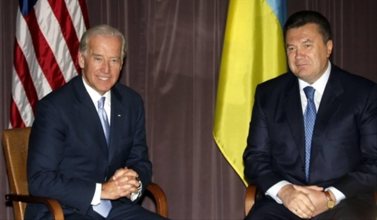 Ο Μπάιντεν προειδοποιεί με κυρώσεις τον Γιανουκόβιτς