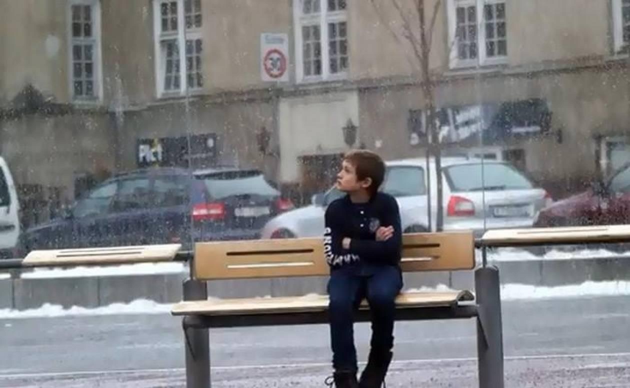 Θα δίνατε το παλτό σας σε ένα παιδί που στέκεται μόνο στο κρύο;