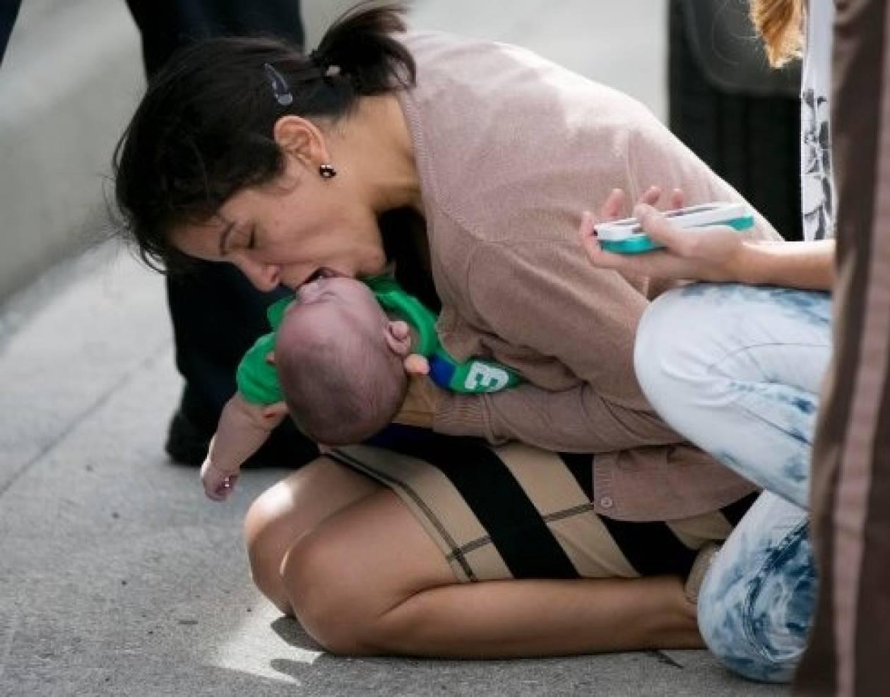 Βγήκε στη μέση του δρόμου με  μωρό που δεν ανέπνεε!