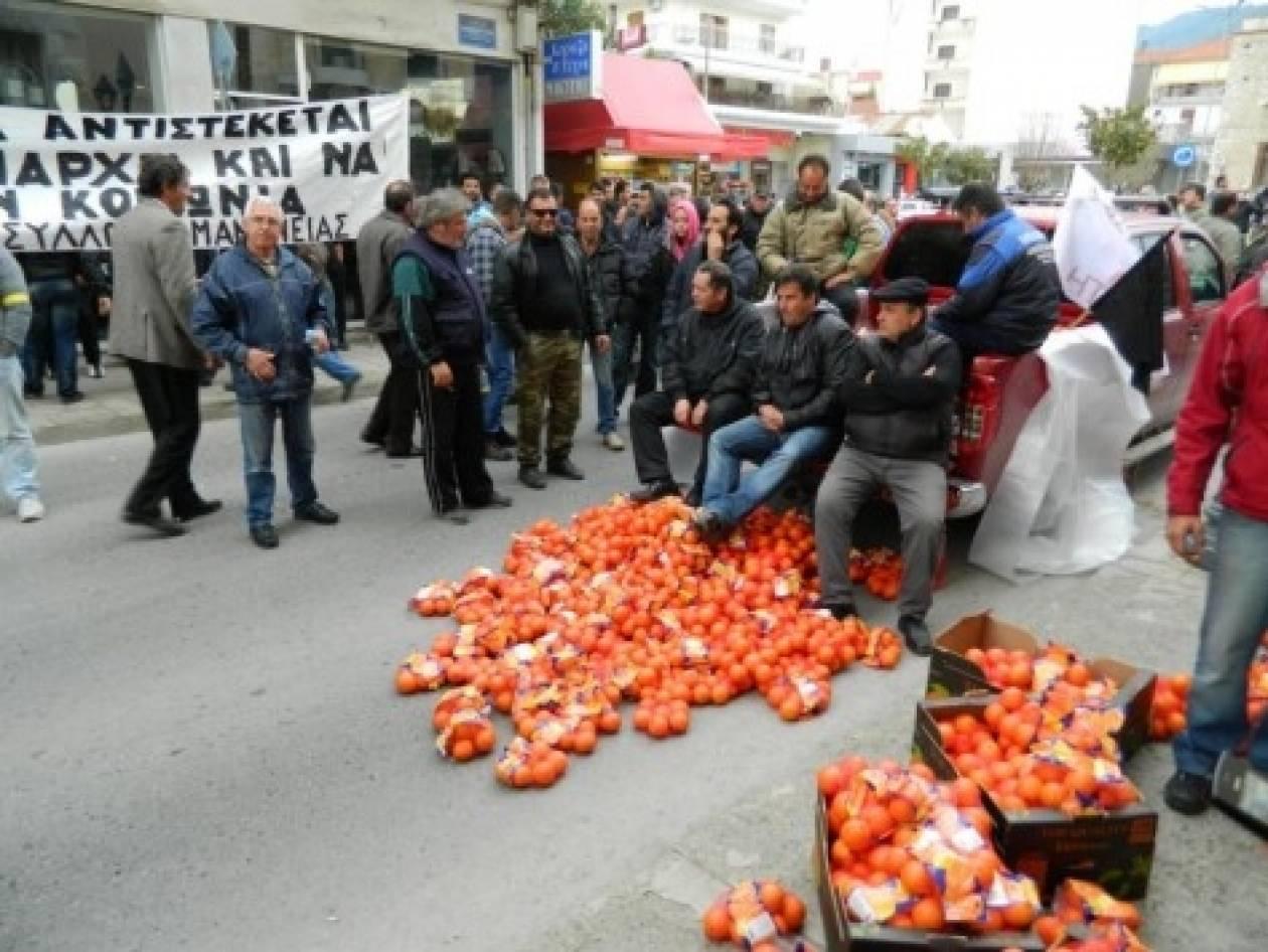 Βίντεο: Αγρότες πέταξαν πορτοκάλια στην Τρίπολη