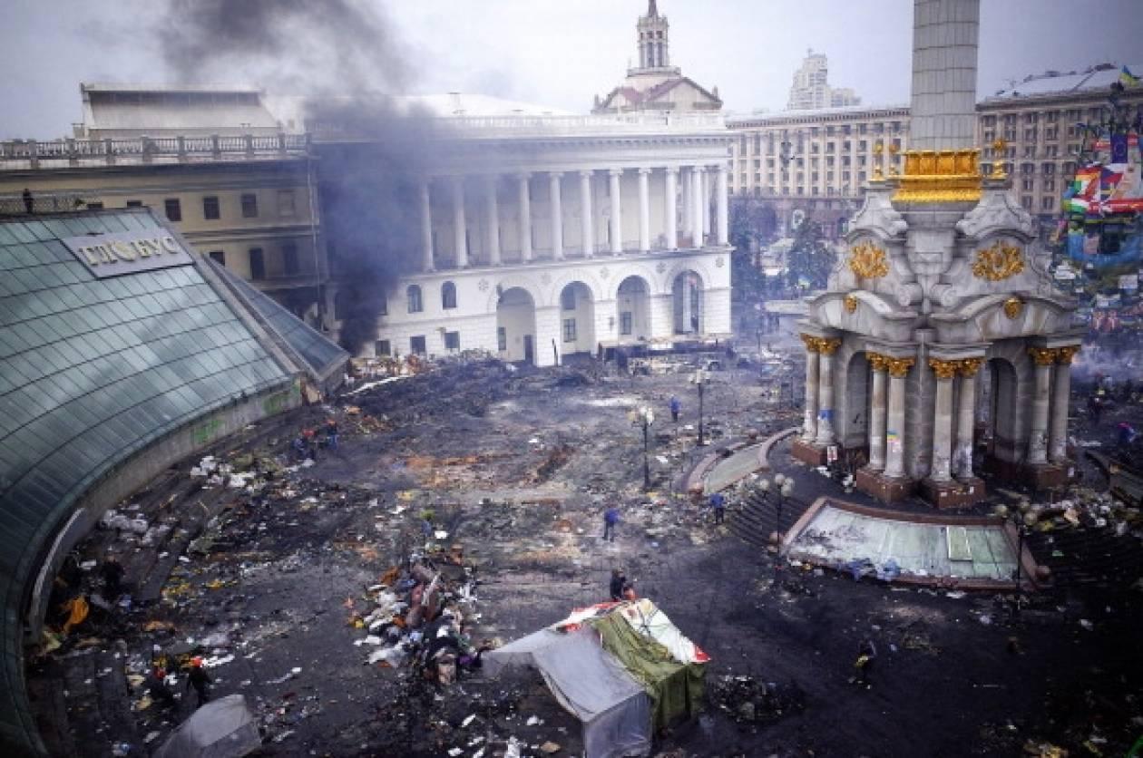 Η Ουάσινγκτον χαιρετίζει τη συμφωνία στην Ουκρανία αλλά απειλεί