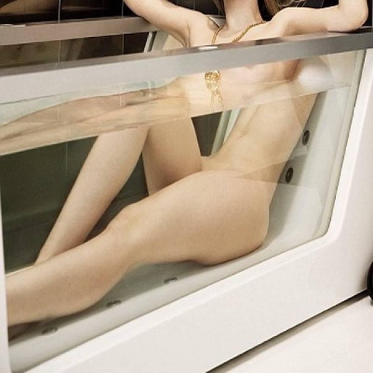 Τραγουδίστρια φωτογραφήθηκε ολόγυμνη στη μπανιέρα με τον φίλο της