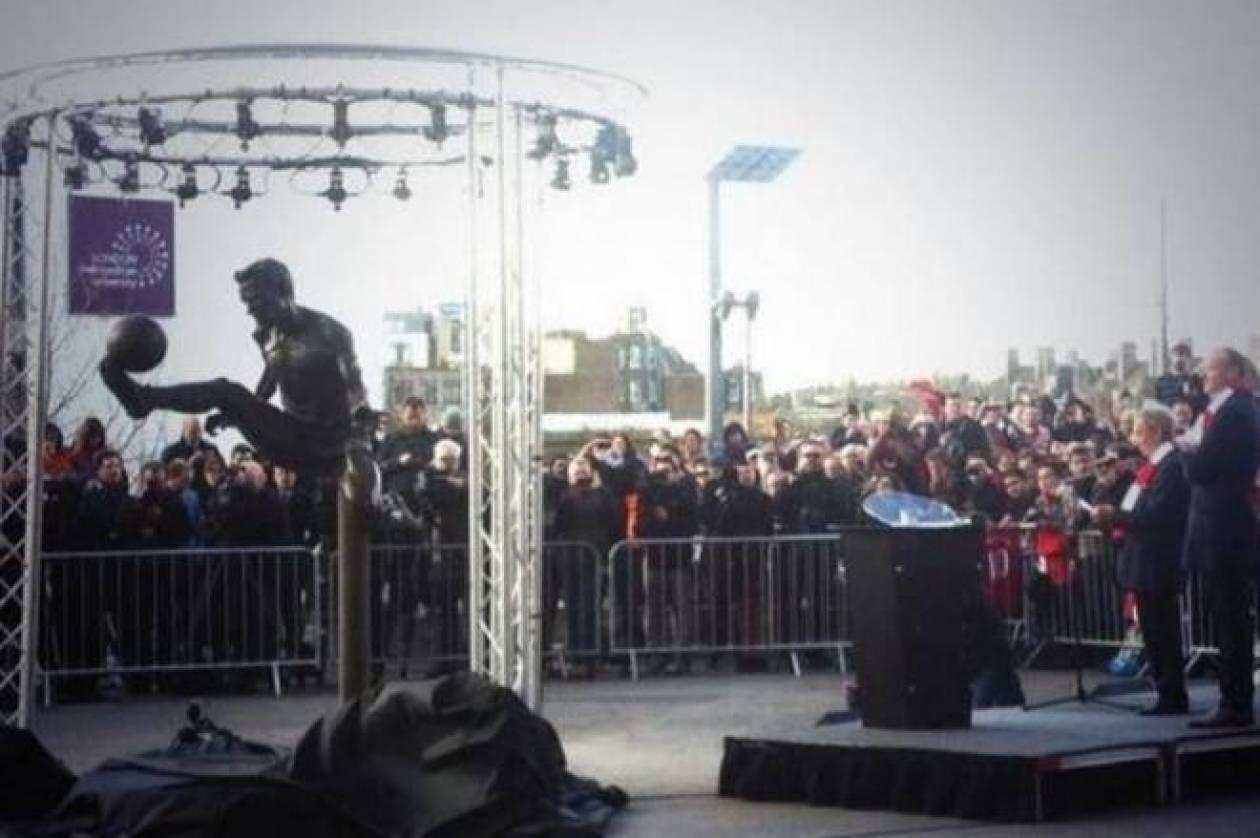 Άρσεναλ:Χαμός στο «Έμιρεϊτς» για το άγαλμα του Μπέργκαμπ! (photos+vid)