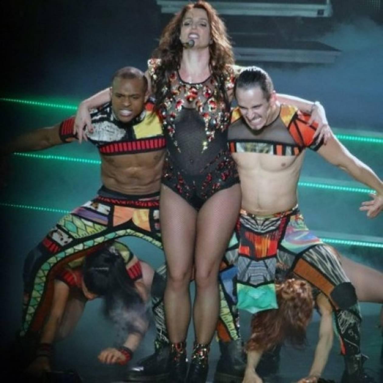 Kαημενούλα Britney! Γιατί έγινε ρόμπα επί σκηνής;