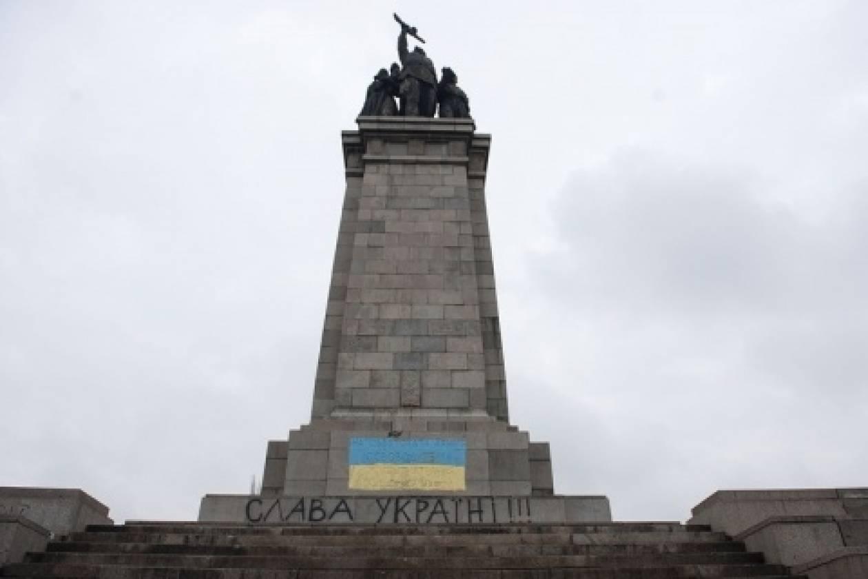 Βουλγαρία: Έβαψαν με τα χρώματα της Ουκρανίας ρωσικό μνημείο