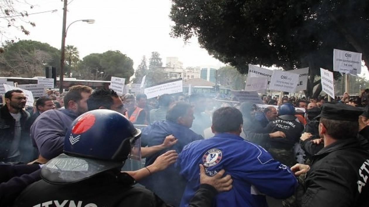 Kύπρος: Διαδηλωτές «κλείδωσαν» βουλευτές στο Κοινοβούλιο