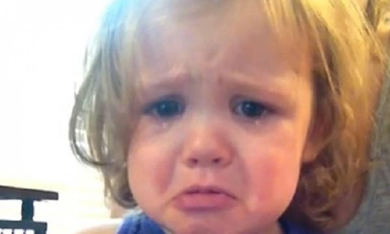 Τι κάνει μία 2χρονη όταν ακούει το τραγούδι που χόρεψαν οι γονείς της