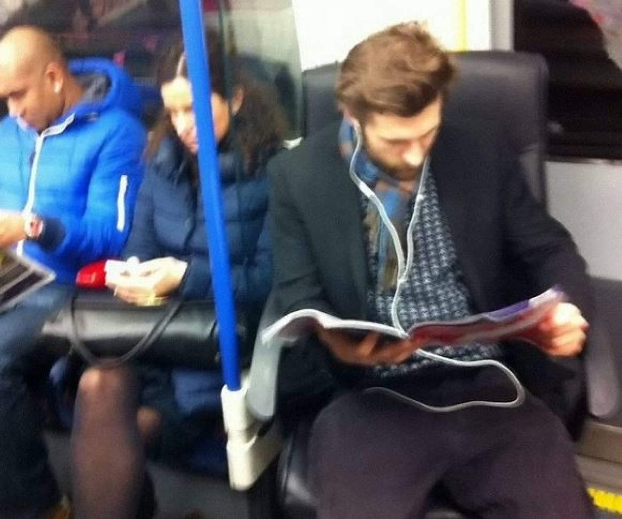 ΕΓΙΝΕ ΚΙ ΑΥΤΟ-Δεν έβρισκε θέση στο μετρό και πήρε μαζί την καρέκλα του