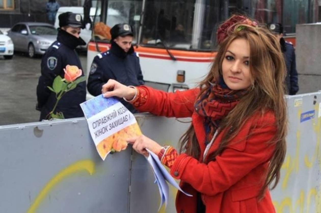 Ουκρανία: Έρωτας στα οδοφράγματα - Αστυνομικός ερωτεύτηκε διαδηλώτρια