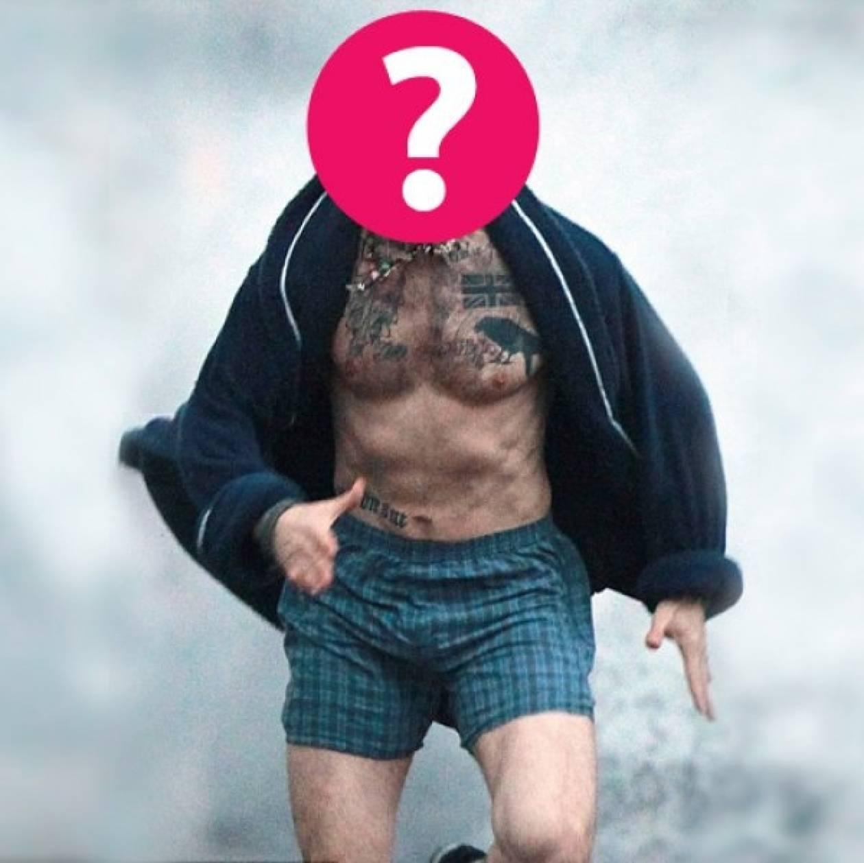 Ποιος σέξι star βγήκε τρέχοντας στους δρόμους μόνο με το... μποξεράκι;