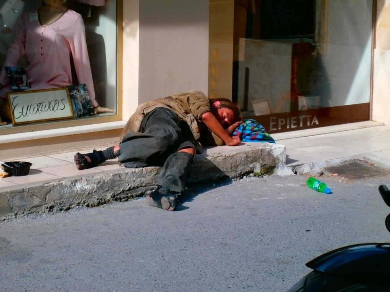 Στην Ελλάδα του 2014: Άστεγος κοιμάται σε πεζοδρόμιο στο Ηράκλειο!