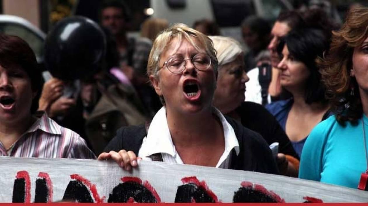 ΤΩΡΑ: Διαμαρτύρονται καθαρίστριες έξω από την Εφορία Πειραιά
