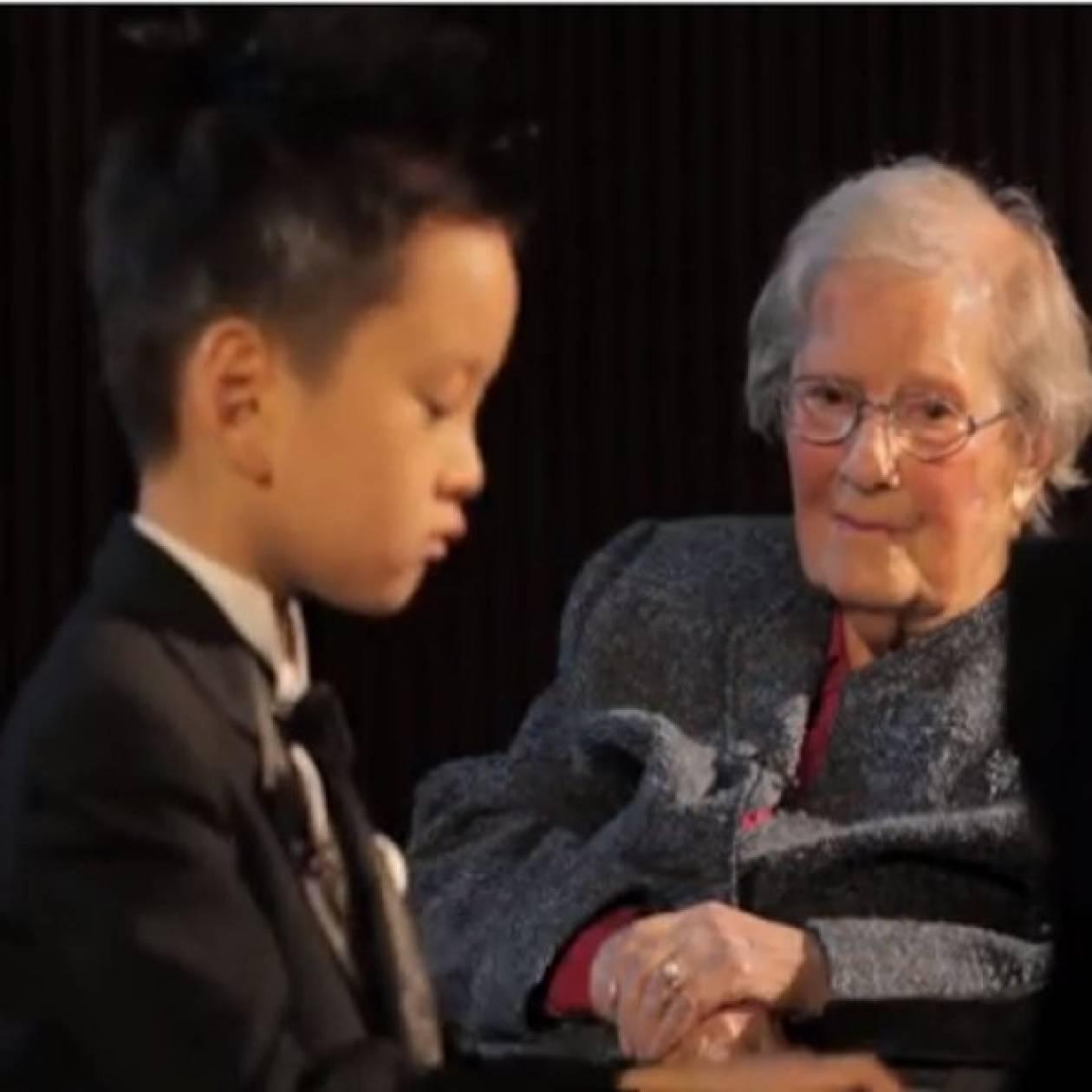 5χρονος πιανίστας παίζει για μια θαυμάστριά του, ηλικίας 101 ετών