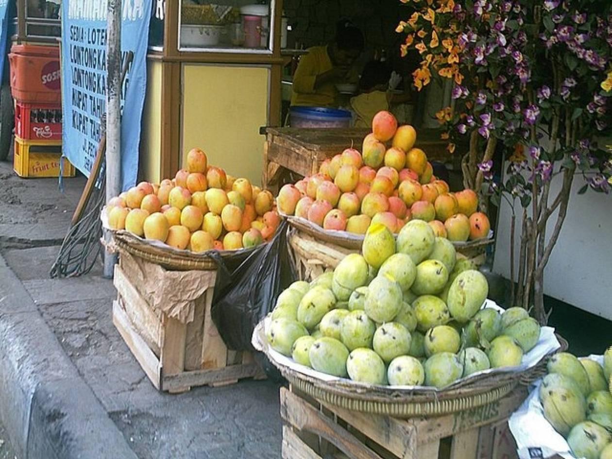 Ράντιζε τα φρούτα που πούλαγε με...