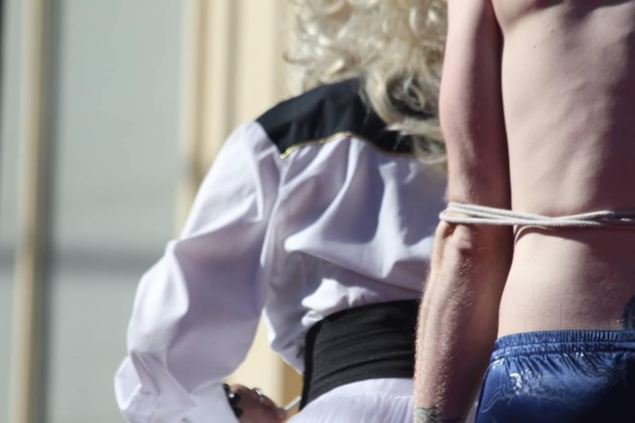 Έπιασε τον επίδοξο ληστή της και τον έκανε... σκλάβο του σεξ!