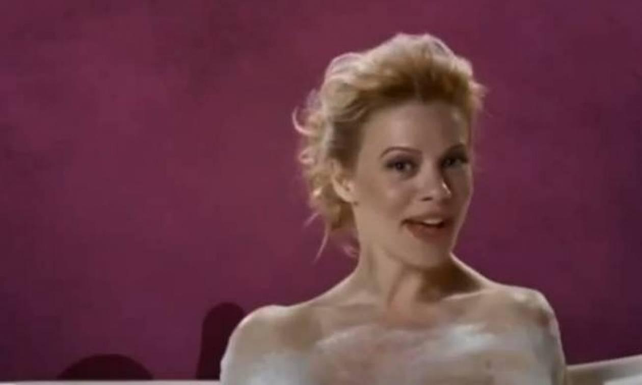 H Μακρυπούλια τραγουδά γυμνή στο μπάνιο για το Just The Two of Us!