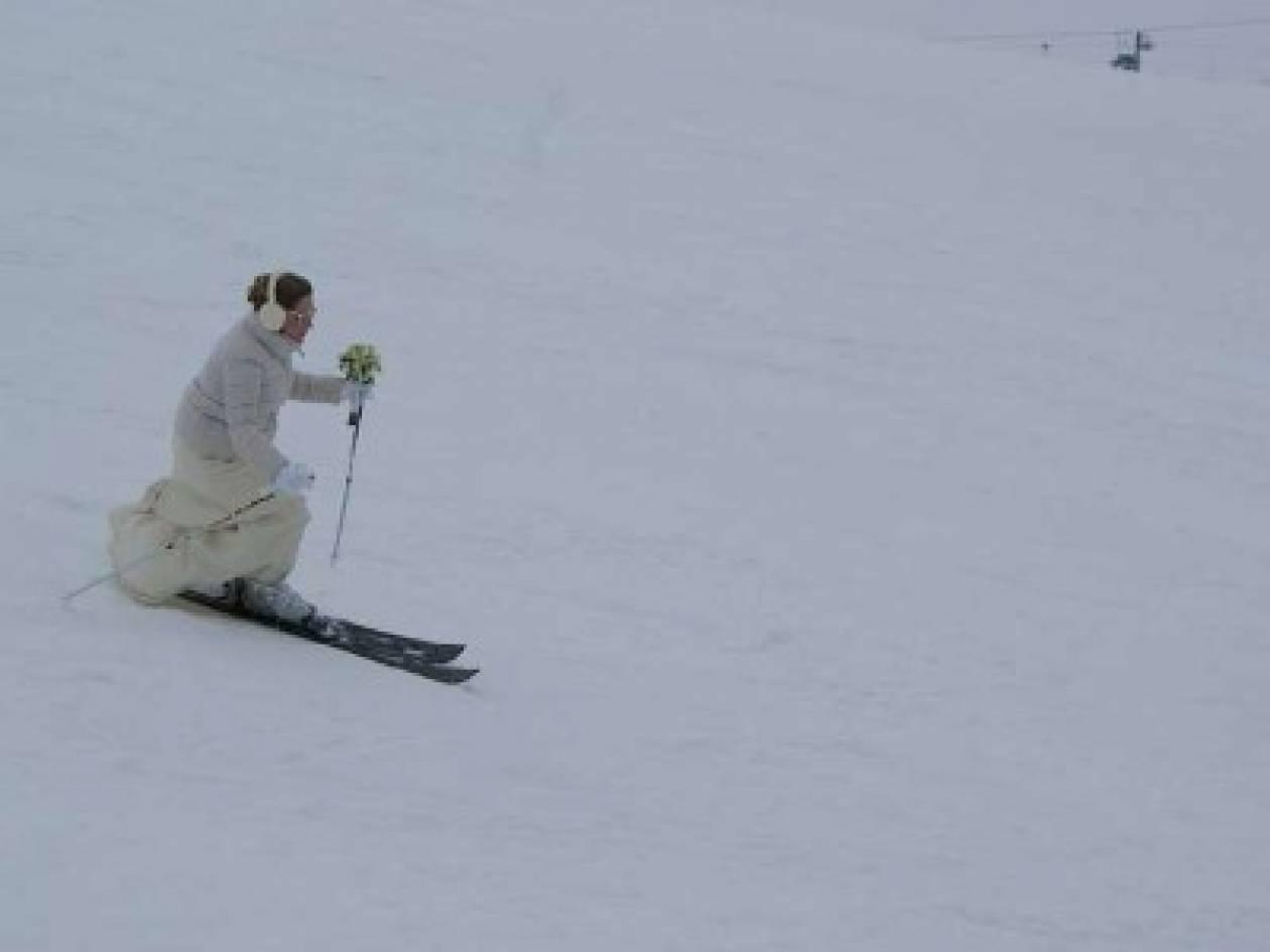 Και όμως συνέβη: Νύφη έφτασε στην εκκλησία με πέδιλα του σκι!