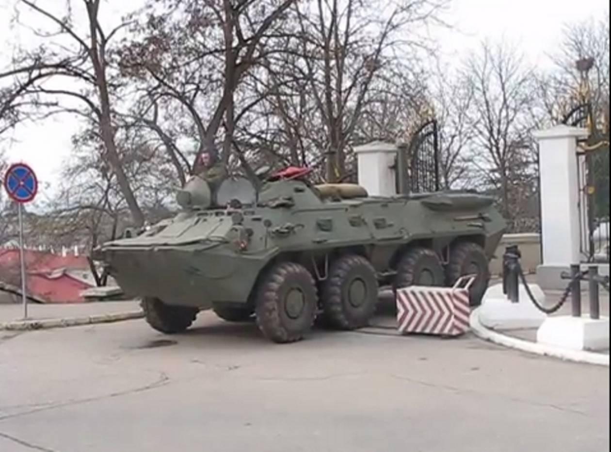 Τρόμος στην Ουκρανία – Ρωσικά τανκς στη Σεβαστούπολη (vid)