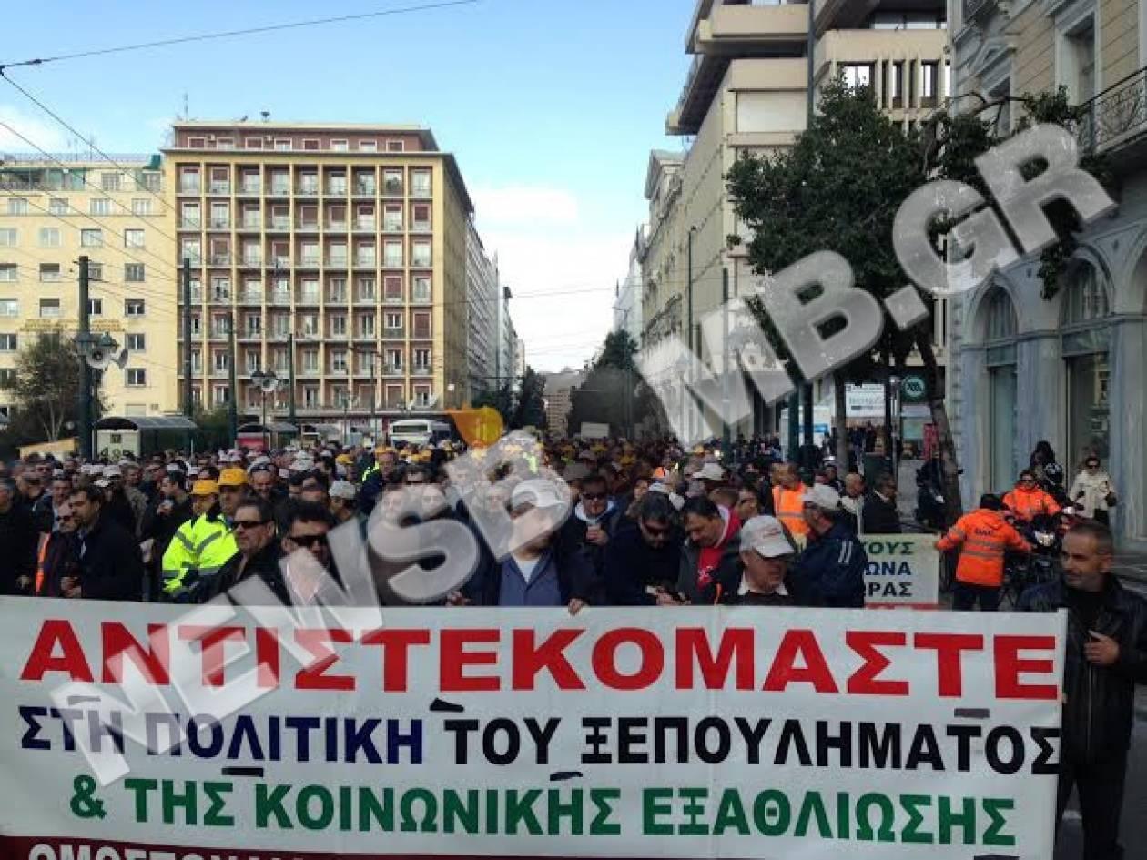 ΤΩΡΑ: Ανοίγει η Σταδίου - Αποχωρούν από τη Βουλή οι λιμενεργάτες