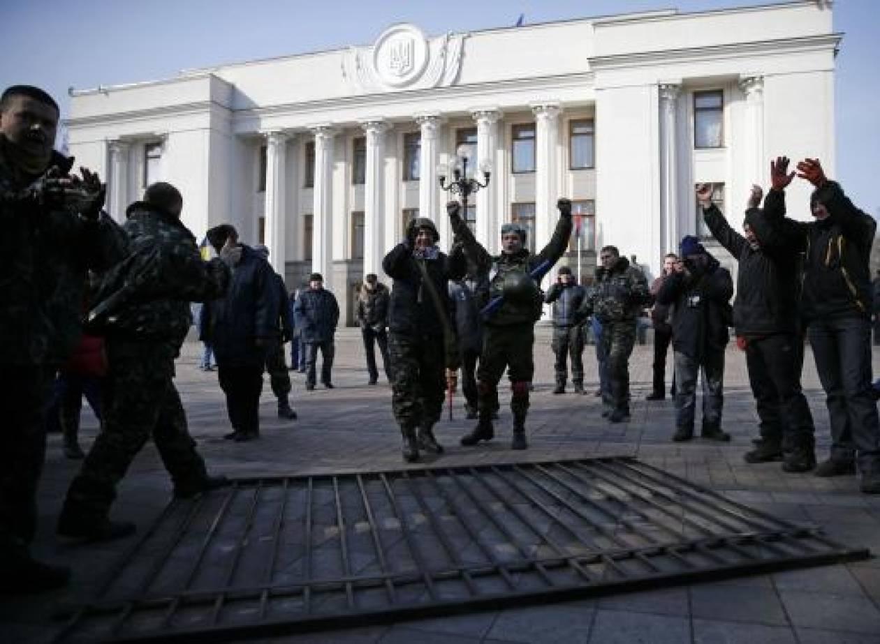 Συγκρούσεις μεταξύ φιλορώσων και φιλοδυτικών διαδηλωτών στην Κριμαία