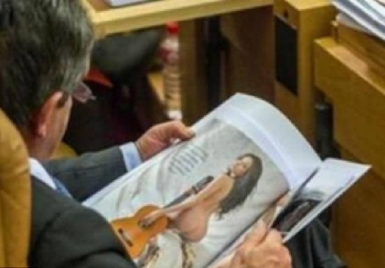 Αρχηγός κόμματος βαρέθηκε στη Βουλή και το έριξε στην ...ενημέρωση