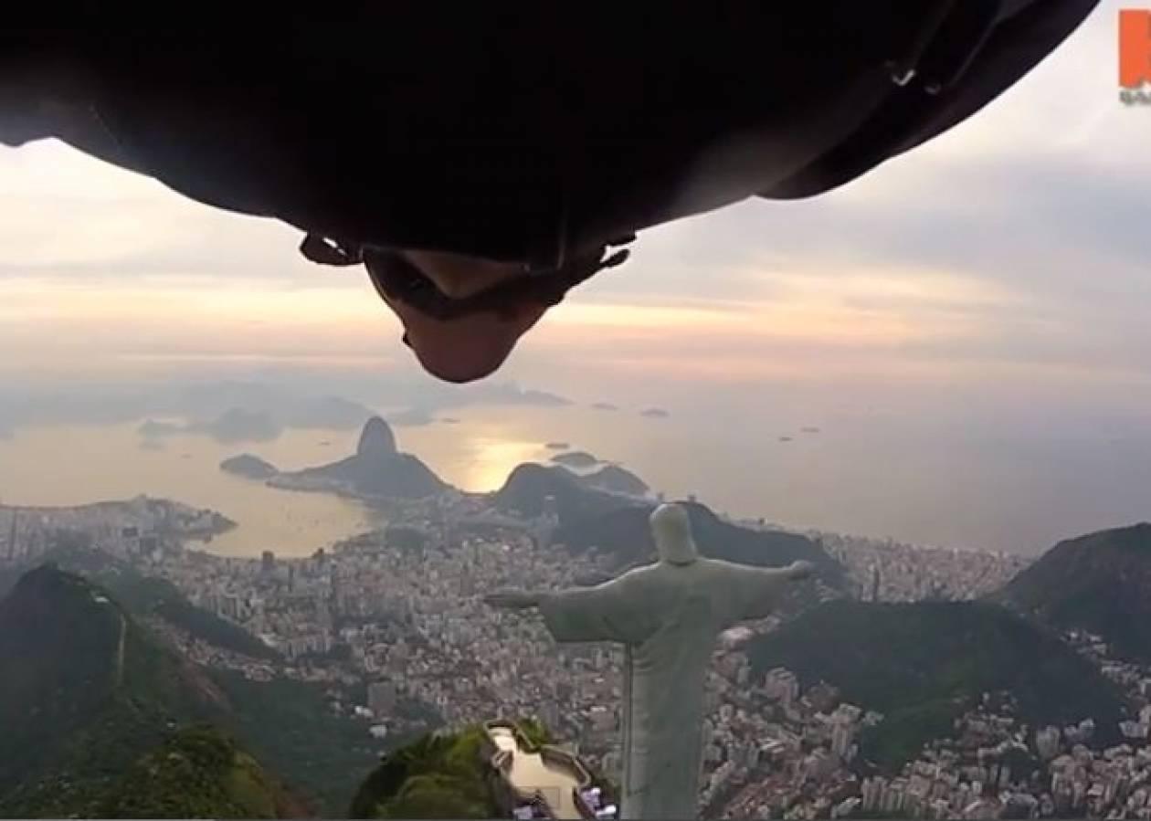 Απίθανο: Πετούν δίπλα από το άγαλμα του Ιησού στη Βραζιλία (vid)
