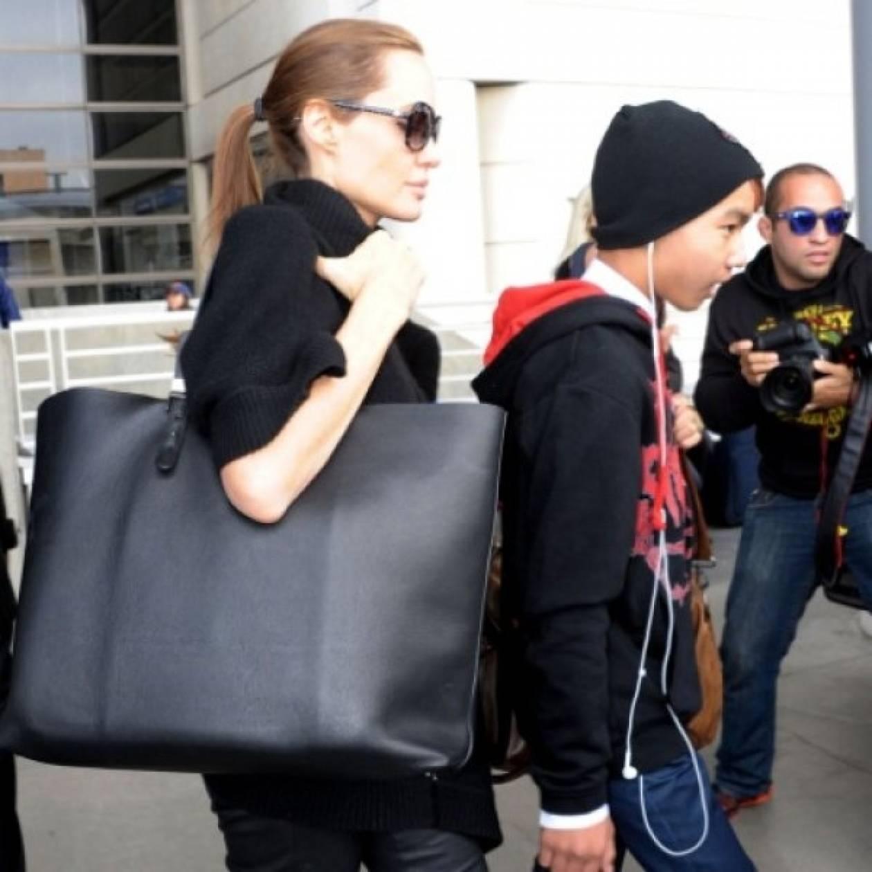 Αυτή είναι η νέα αγαπημένη και οικονομική τσάντα της Angelina Jolie