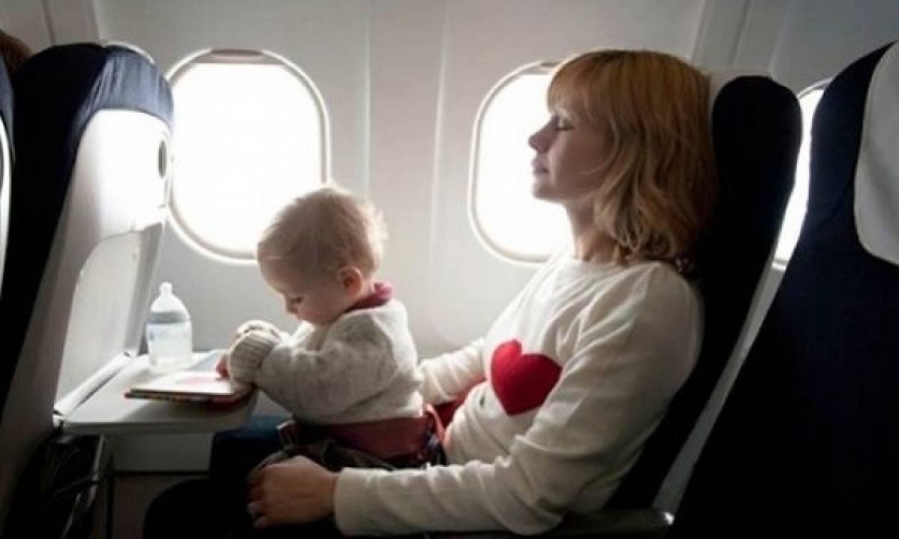 Μωρό σταμάτησε να αναπνέει εν ώρα πτήσης αλλά σώθηκε χάρη σε...