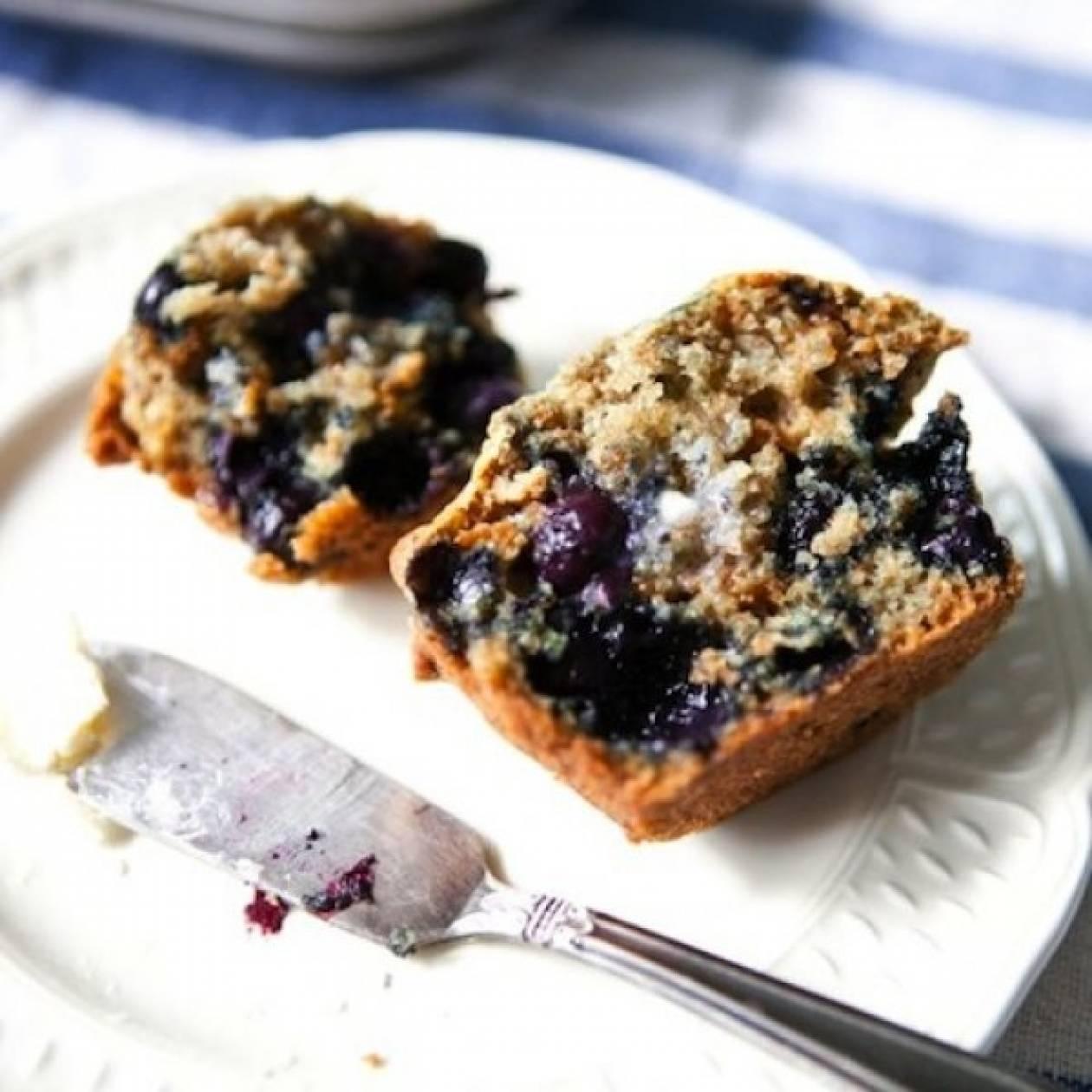 Πεντανόστιμα και διαιτητικά muffins με βατόμουρα και δημητριακά