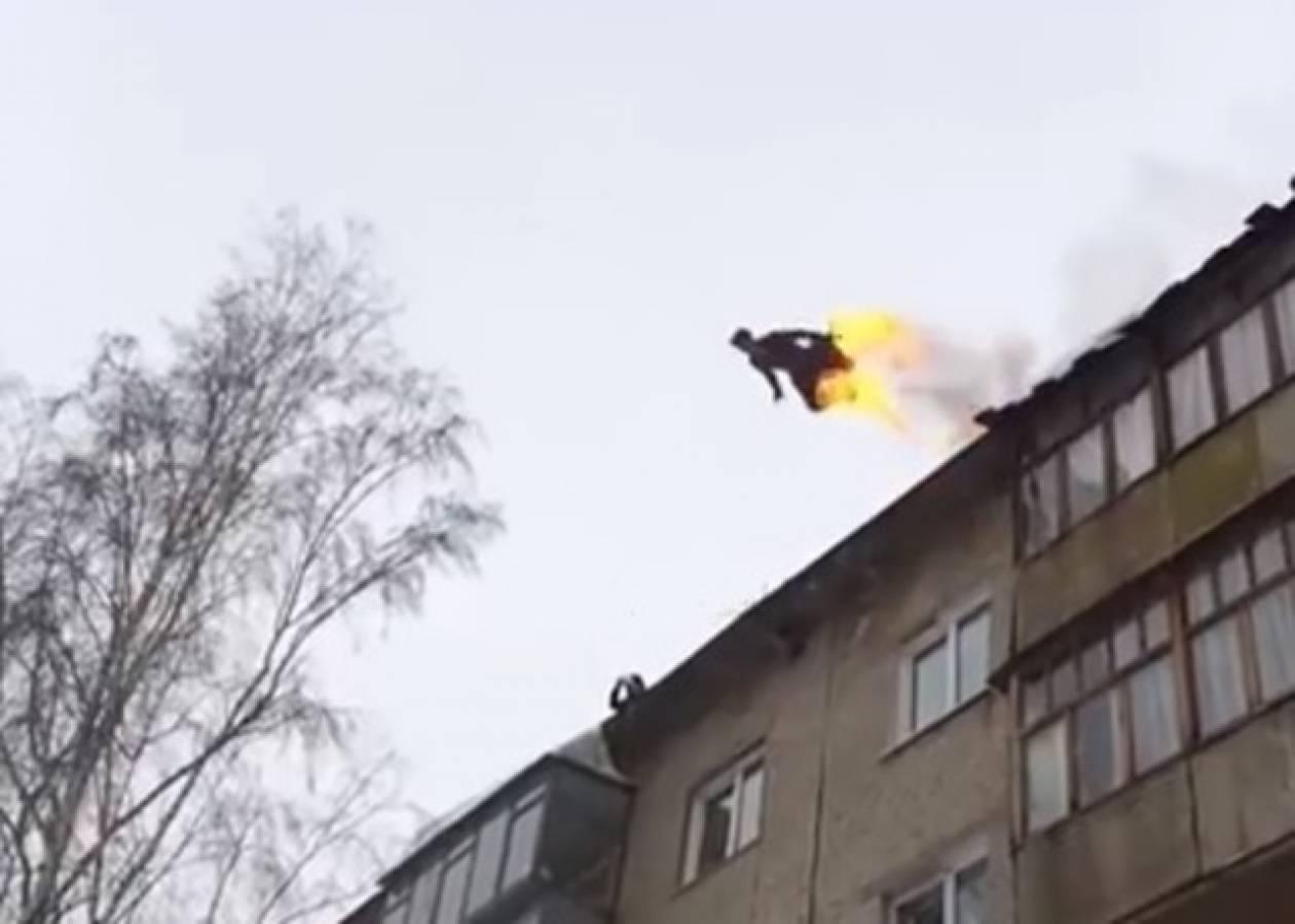 Αυτοπυρπολήθηκε και πήδηξε από κτίριο! (vid)