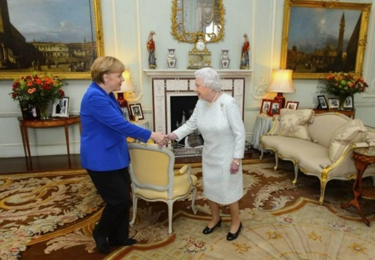 Δε γονάτισε μπροστά στη βασίλισσα Ελισάβετ η Μέρκελ (pics)
