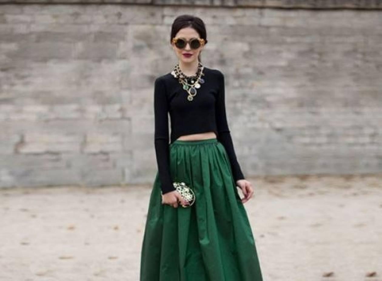 Μπορώ να συνδυάσω σμαραγδί φούστα με καφέ πλατφόρμες και μαύρο τοπ