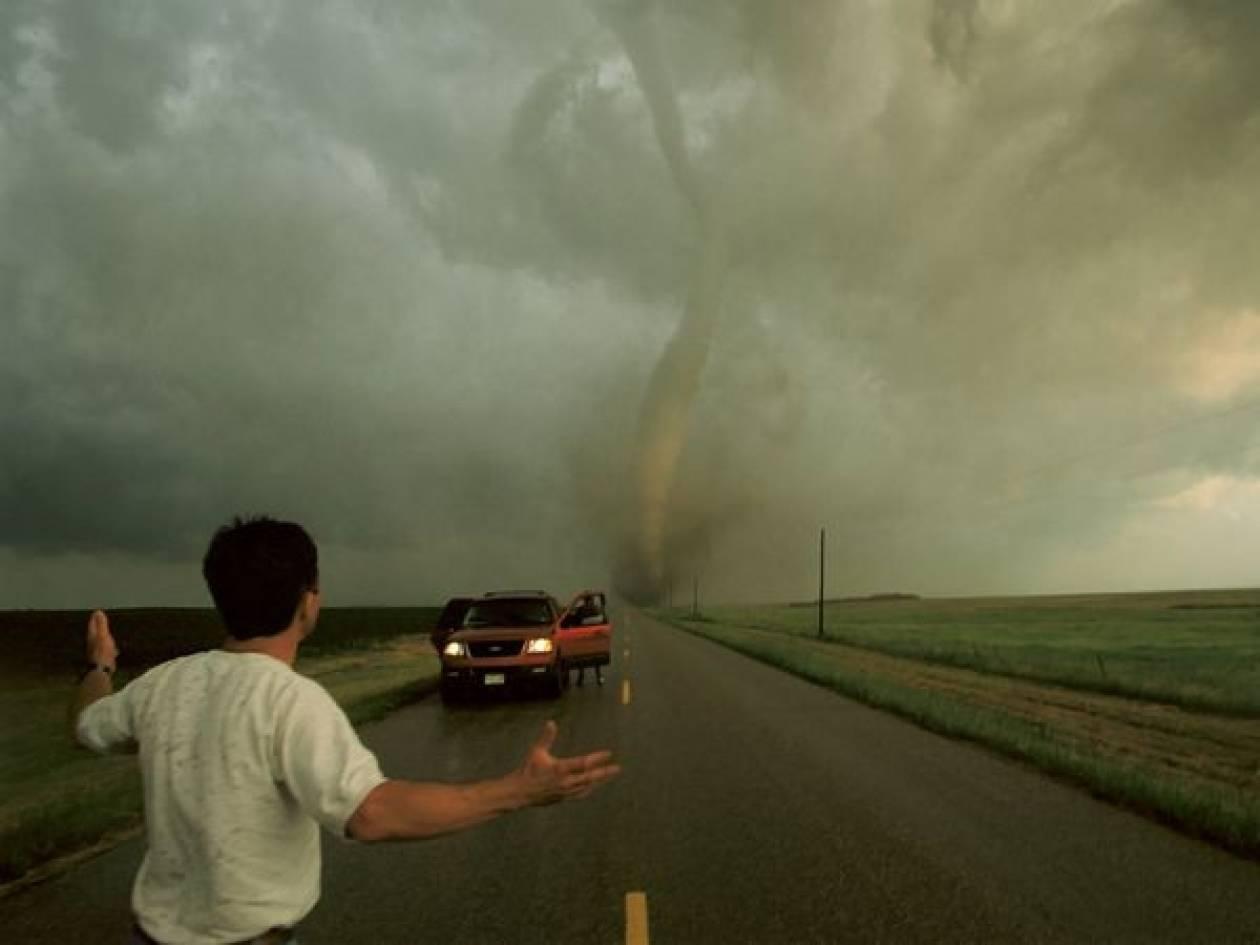 ΗΠΑ: Αυτοκινητόδρομος «κατάπιε» φορτηγά και ΙΧ (pic)