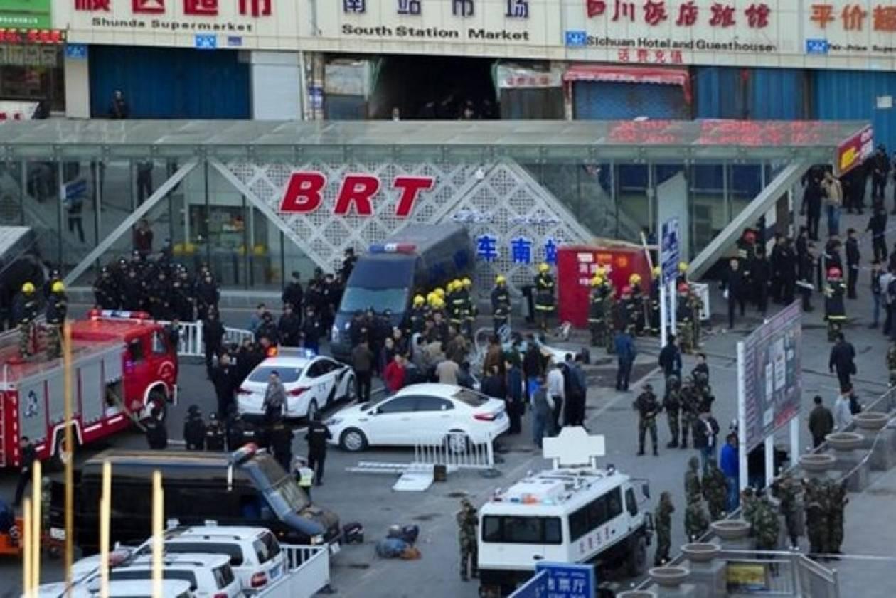 Κίνα: Τρεις νεκροί και δεκάδες τραυματίες από τη βομβιστική επίθεση