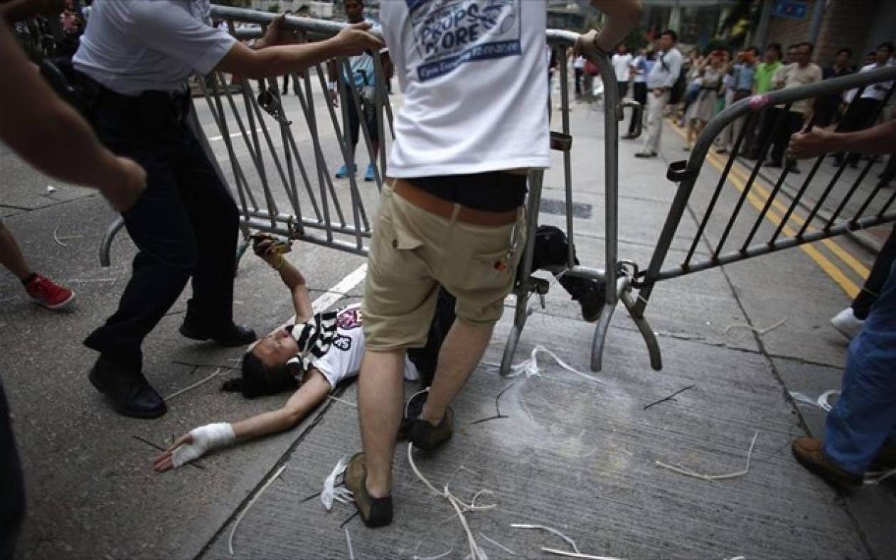 Χονγκ Κονγκ: Επίθεση φιλοκαθεστωτικών κατά φιλοδημοκρατικών διαδηλωτών