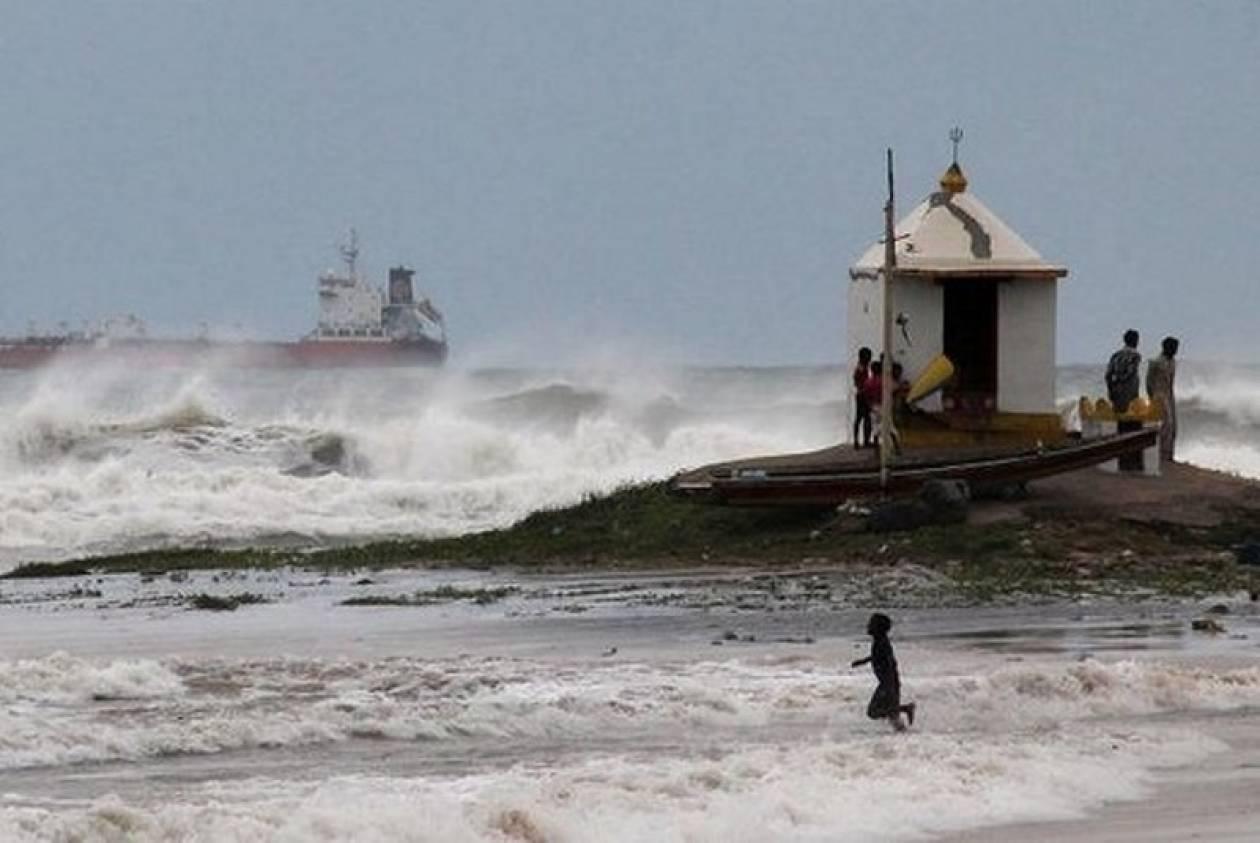 Ινδία: Δεκάδες νεκροί από τον τυφώνα  - Φόβος για πλημμύρες (vids+pics)