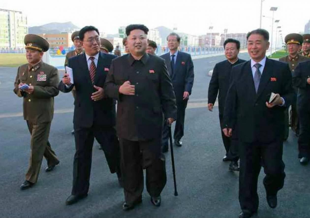 Βόρεια Κορέα: Με μπαστούνι έκανε την επανεμφάνισή του ο Κιμ Γιόνγκ Ουν