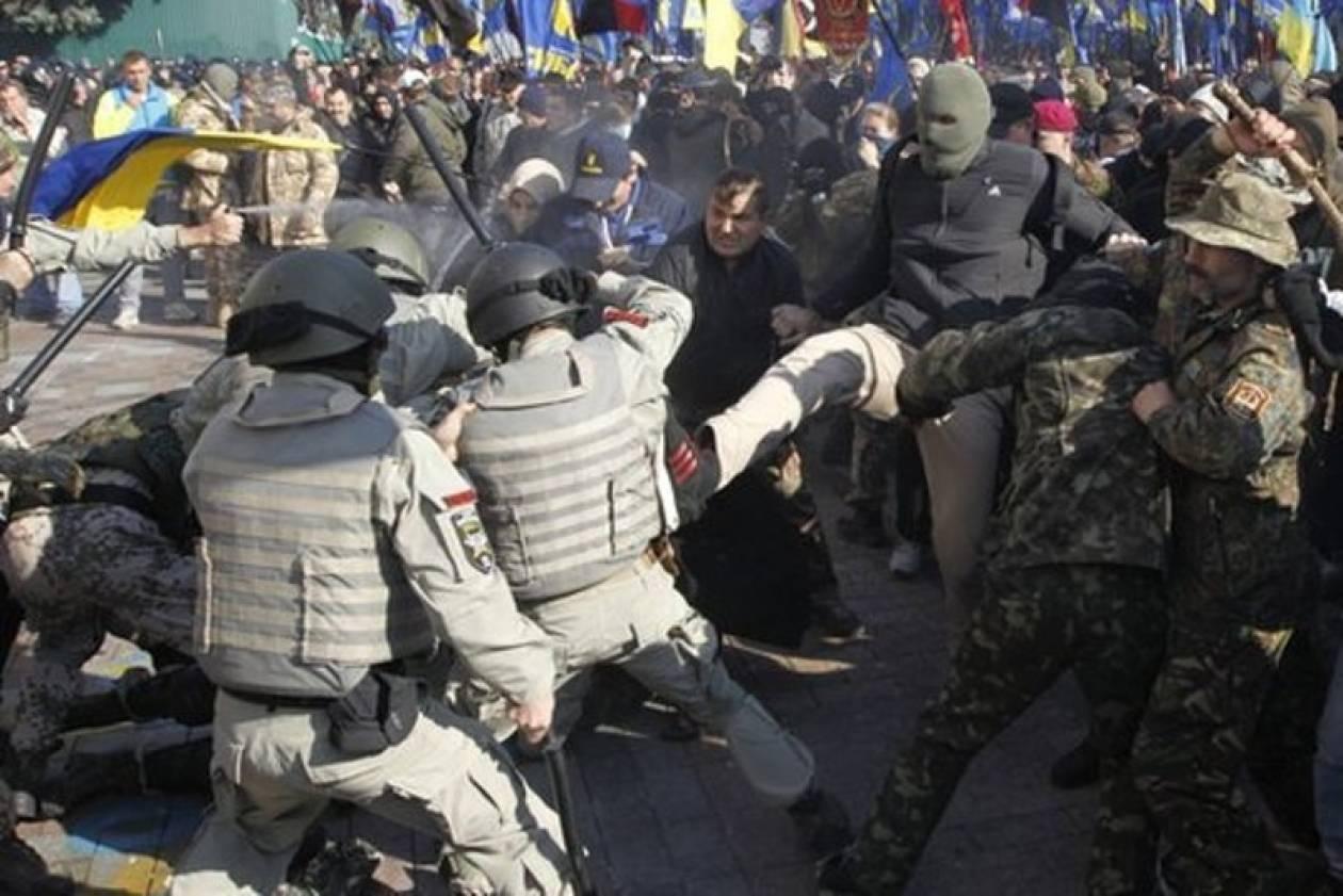 Επίθεση διαδηλωτών με αεροβόλα στην ουκρανική Βουλή (vids)