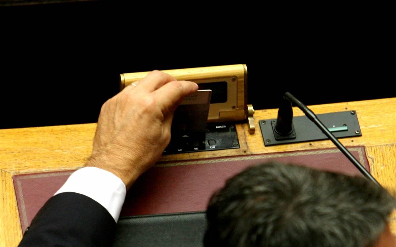 Βουλή: Γελάει ο... κόσμος με τις κάρτες των 300