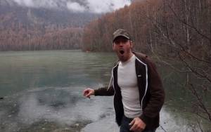 Σαρώνει στο YouTube: Τι ήχο κάνει μια πέτρα σε παγωμένη λίμνη;