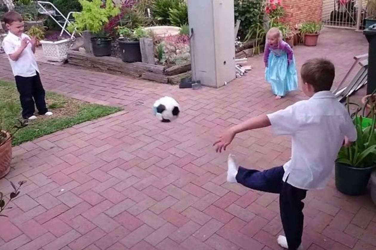 Θέλησε να δοκιμάσει τη φωτογραφική μηχανή του και να τι έγινε... (βίντεο)