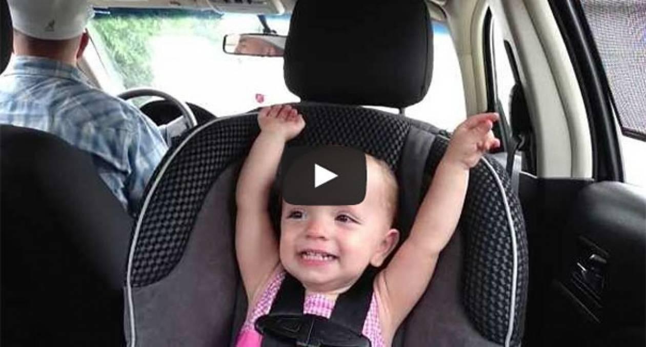 Μωρό 20 μηνών τραγουδάει Έλβις στο αυτοκίνητο (Video)