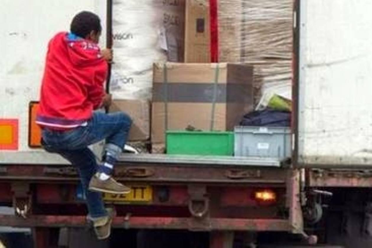 Γαλλία: Μετανάστες επιχείρησαν να καταλάβουν νταλίκες στο λιμάνι του Καλέ